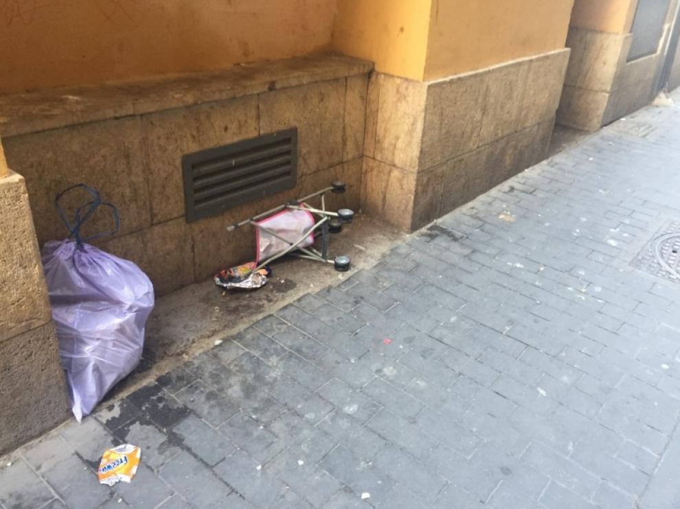 Suciedad en la calle Miguel de Ara, en San Pablo