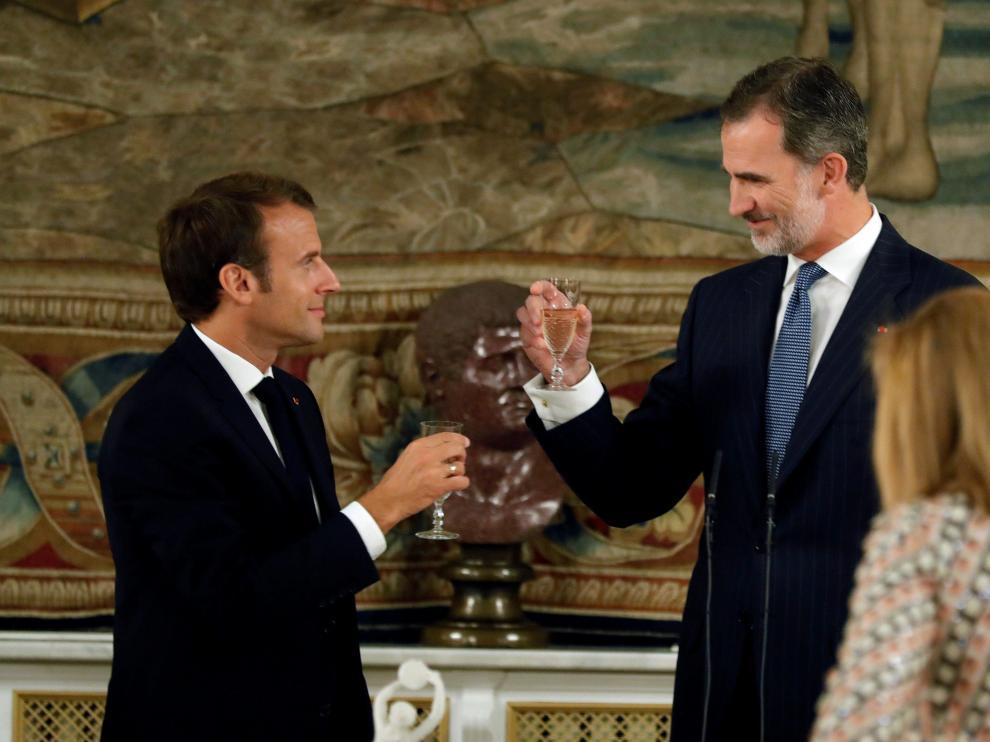 El Rey y el presidente Macron brindan en la cena