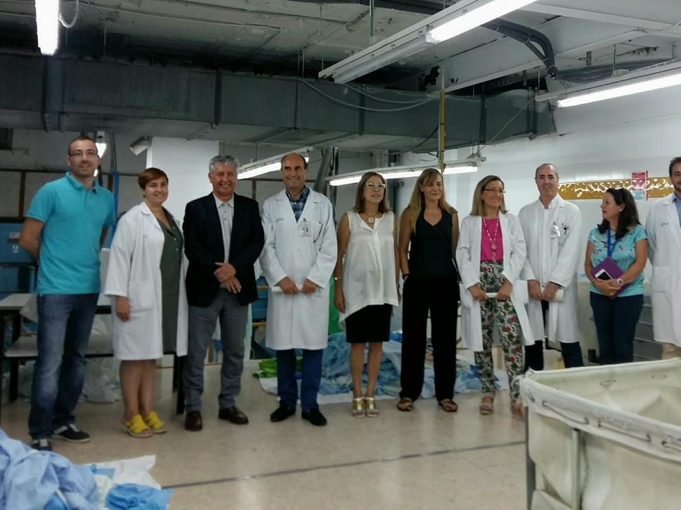 La consejera, con el equipo del Clinico y del IACS, en las instalaciones de la lavandería actual.