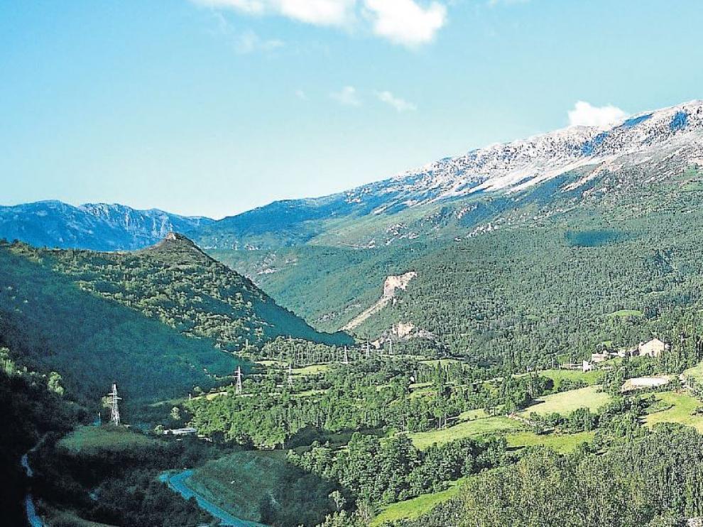 Paisaje del Alto Ésera, el santuario de Guayente y Sahún, al fondo.