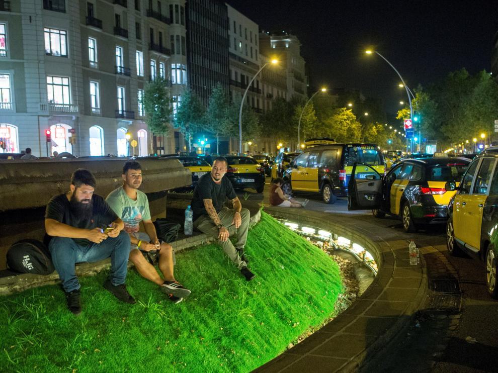 Los taxistas han pasado la noche en la Gran Vía dentro de sus vehículos, aunque algunos de ellos han plantado tiendas de acampada.
