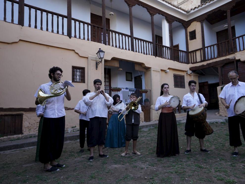 Musica tradicional por las calles de Gea de Albarracín para animar la fiesta.