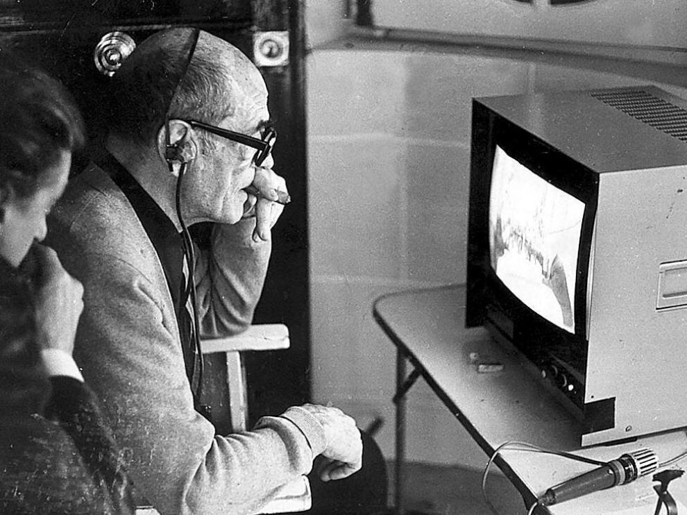Luis Buñuel supervisa algunas tomas, en 1977.