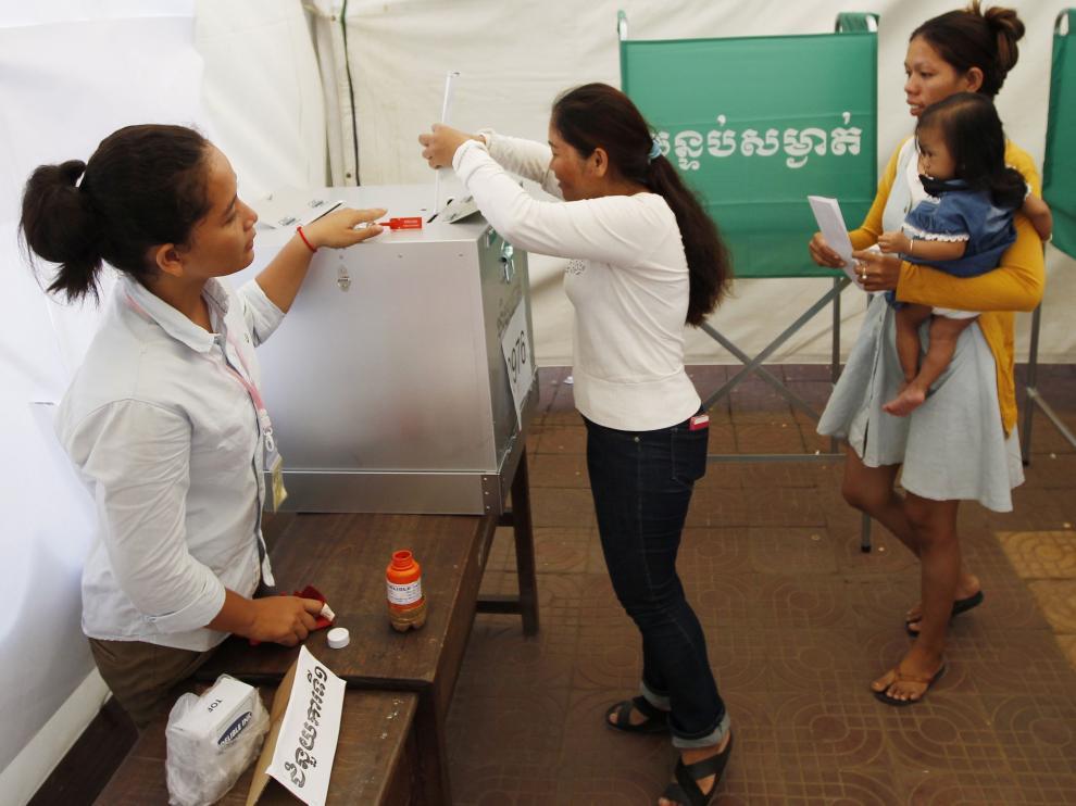 Camboyanas votando en uno de los colegios electorales