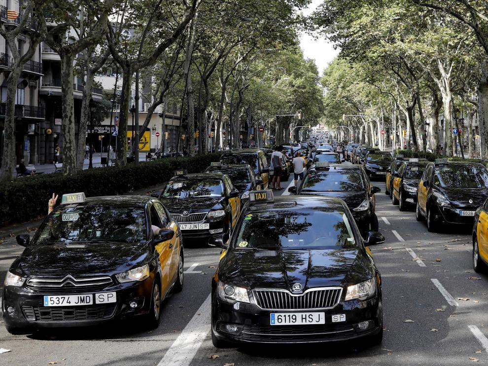 Los taxistas que protestan contra la concesión de licencias VTC volvieron a cortar el tráfico este sábado en la Gran Vía de Barcelona.