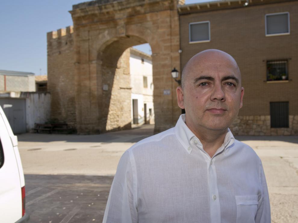 El alcalde de Longares, Miguel Jaime, con la Puerta de Valencia al fondo.