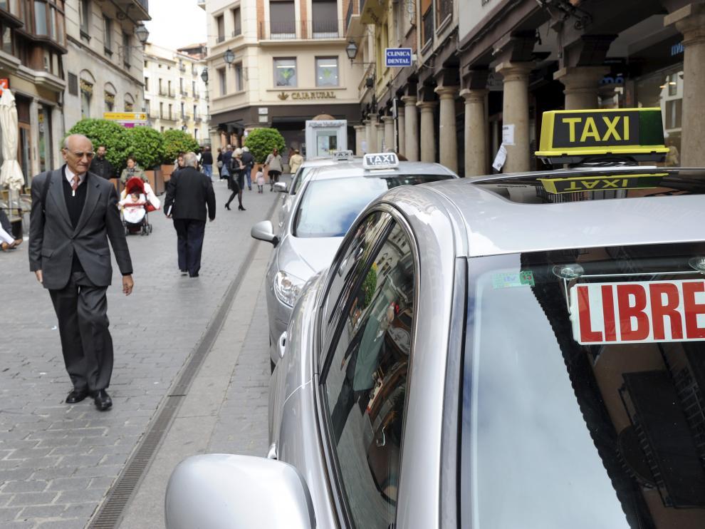 Imagen de archivo de un taxista estacionado en la parada de la calle de San Juan de Teruel.