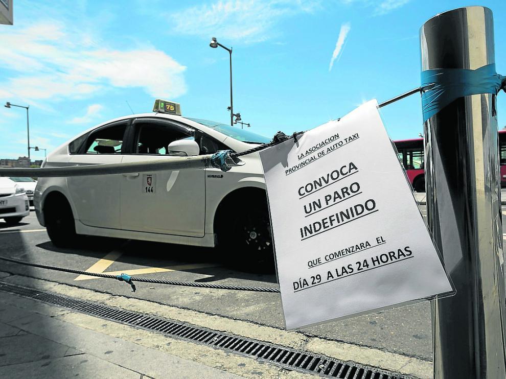 Cartel en una de las paradas de taxis de la estación de Delicias anunciando la huelga.