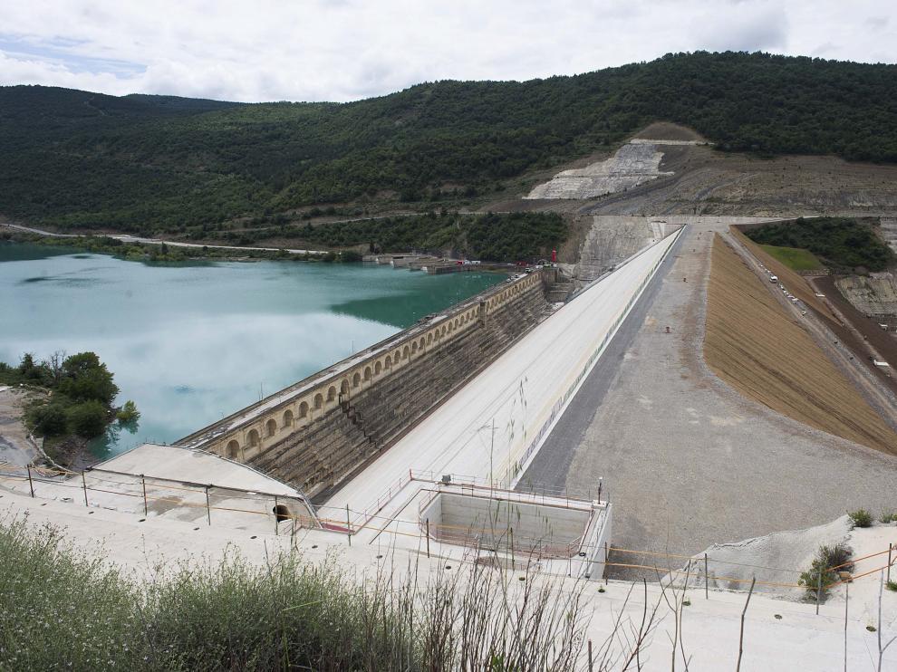 La nueva presa de Yesa ha llegado a su coronación 18 años después de contratarse las obras.