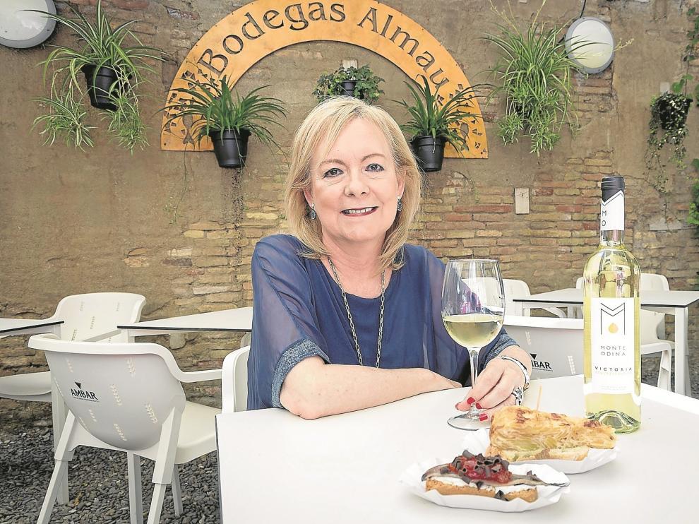 María Jesús Lorente, presidenta de la Asociación Aragonesa de Mujeres Empresrias (Arame), toma unas tapas en Bodegas Almau.