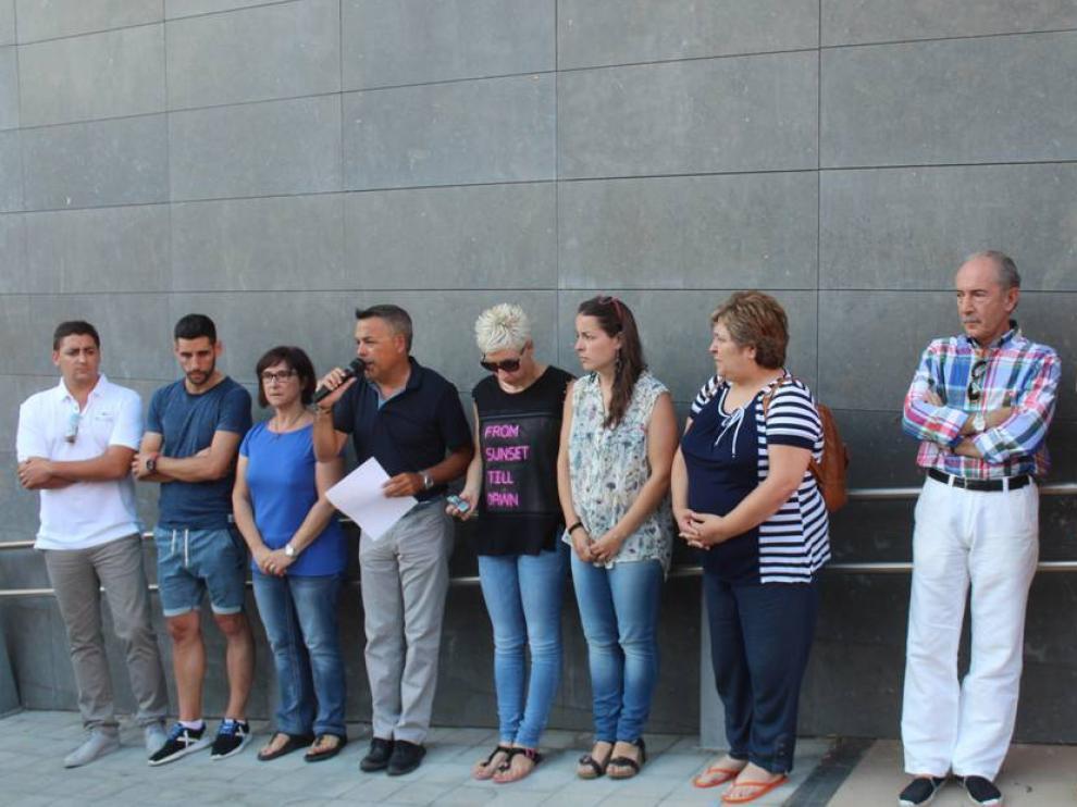 El alcalde, Juan Latre, en el centro, leyó una resolución de condena en la concentración del domingo por la tarde