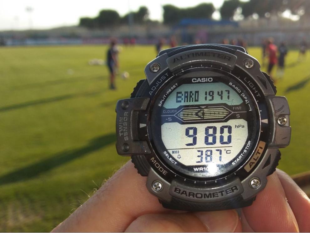 Termómetro reloj en el que se ven los 38,7 grados de temperatura que había en la Ciudad Deportiva pocos minutos antes de las 20.00 (a las 19.47), en pleno entrenamiento del Real Zaragoza.