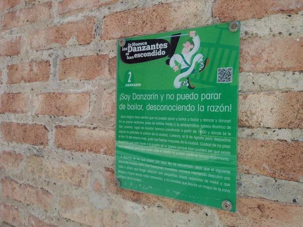 Detalles de una de las placas que informan sobre el paradero de un danzante.