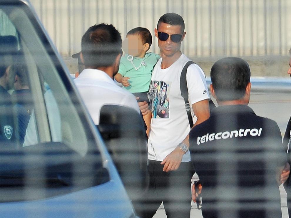 Cristiano Ronaldo, a su llegada al aeropuerto de Turín.