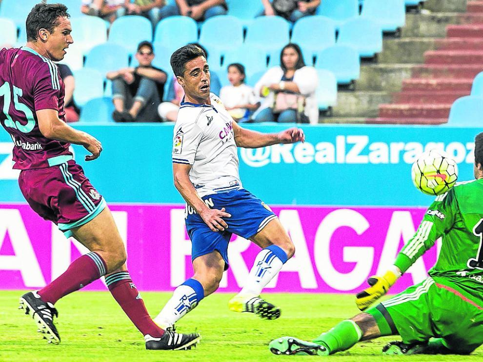 Momento en el que Pedro marca el segundo gol en el 3-0 a favor del Zaragoza del último enfrentamiento entre ambos conjuntos en 2015.