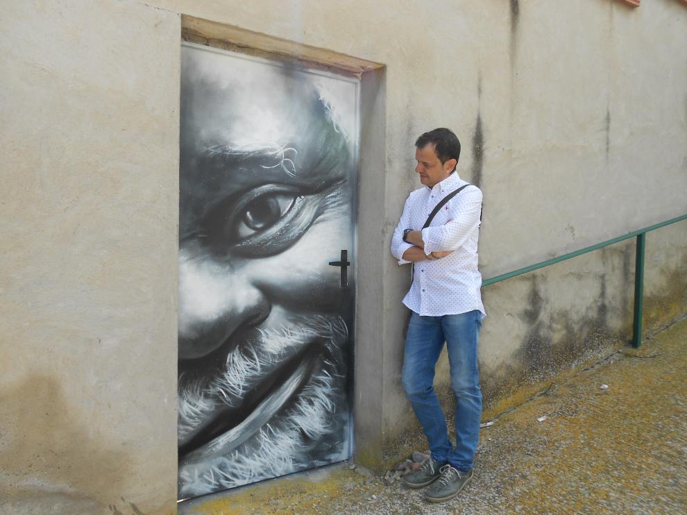 Vicente Ortega con una de las puertas pintadas