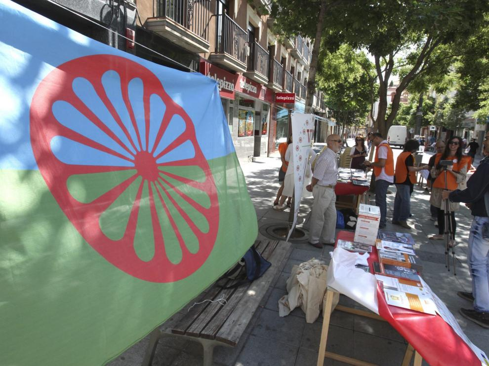 La Fundación Secretariado Gitano, durante una de sus movilizaciones en la plaza de Concepción Arenal de Huesca.