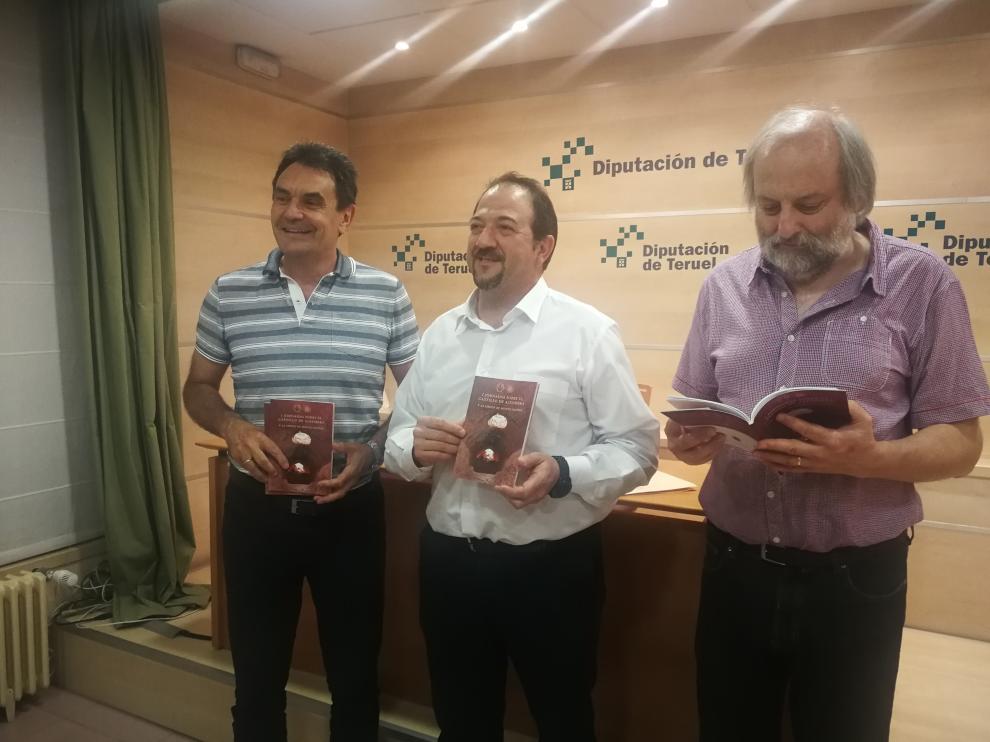 El  alcalde de Alfambra, Francisco Abril, el presidente de la Diputación de Teruel, Ramón Millán, y el autor del libro Javier Ibañez, en la presentación de las jornadas
