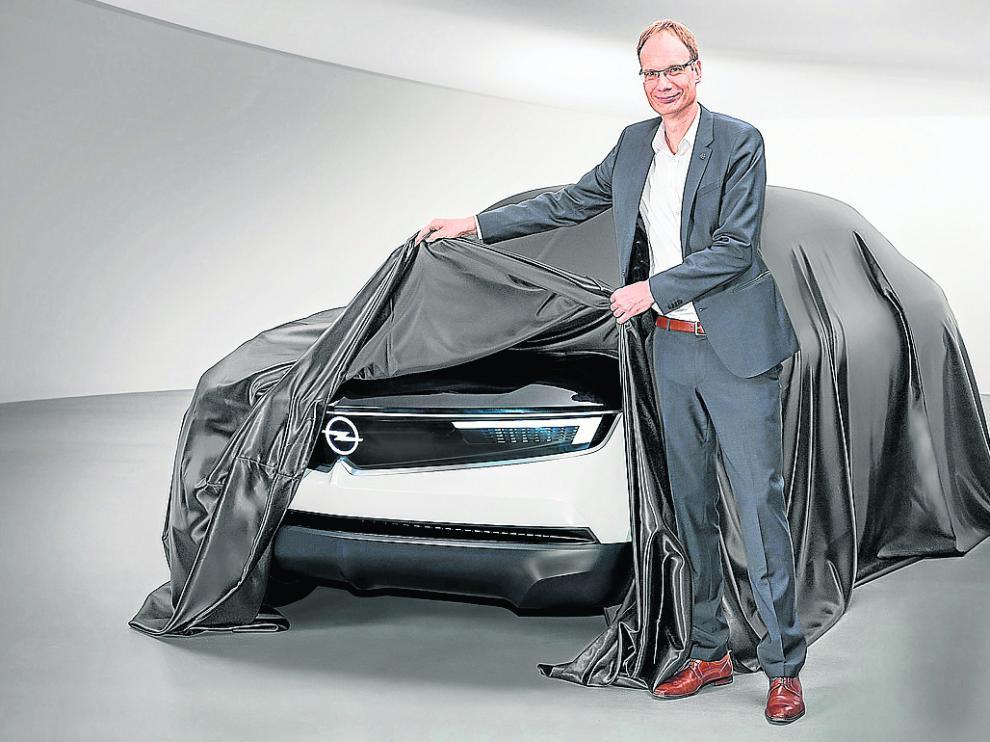 Michael Lohscheller muestra el característico frontal del coche de concepto GT X Experimental.