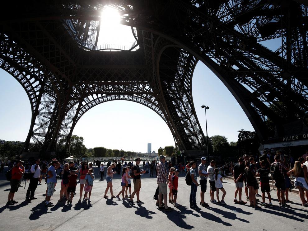En 2017, la Torre Eiffel recibió la visita de 6,2 millones de visitantes.