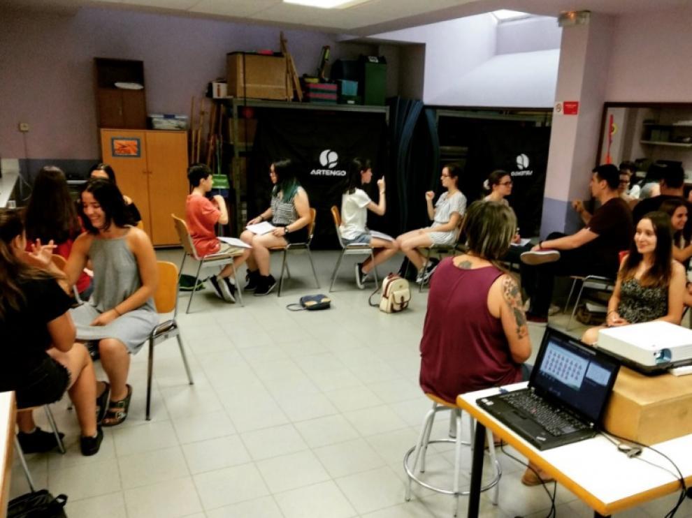 Curso intensivo de lengua de signos en la casa de juventud de Torrero.