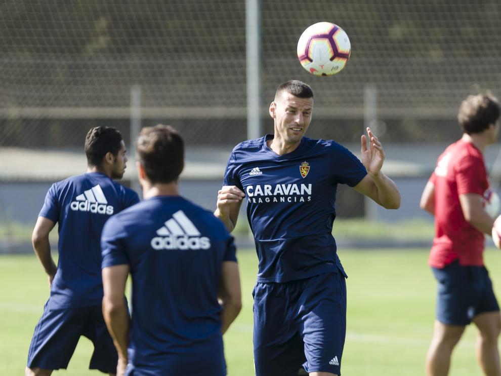 Bruno Perone cabecea el balón en un entrenamiento en la Ciudad Deportiva.