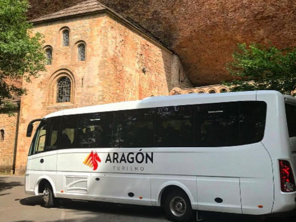 El nuevo autobús ante el monasterio viejo de San Juan de la Peña.