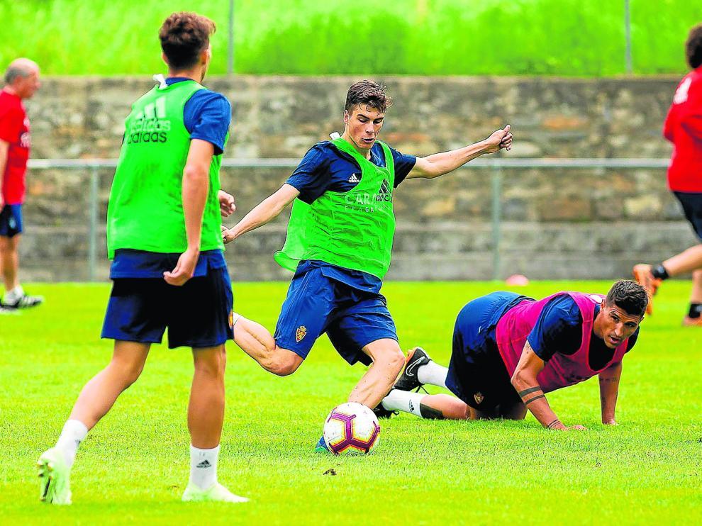 Alberto Soro –en el centro– efectúa un disparo en un entrenamiento del Real Zaragoza.