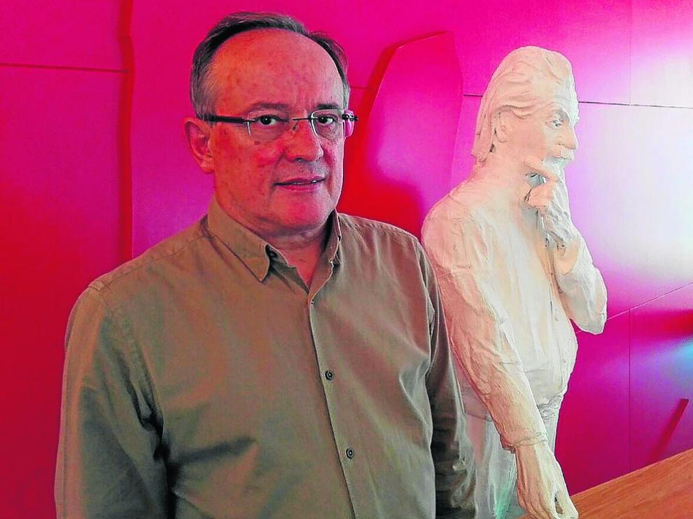 Manuel Asorey, ?en el Centro de Ciencias de Benasque junto a una figura de Albert Einstein.