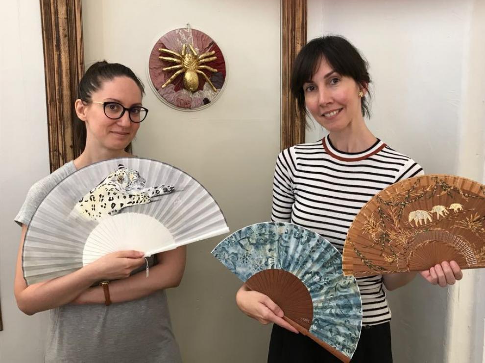 Patricia y María Redondo, de Casa  Redondo, céntrico establecimiento de Zaragoza dedicado a la venta de abanicos y sombreros.