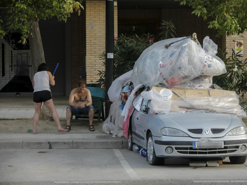 María Luisa y Carlos, ayer, junto al coche en el que viven desde el pasado mes de mayo.