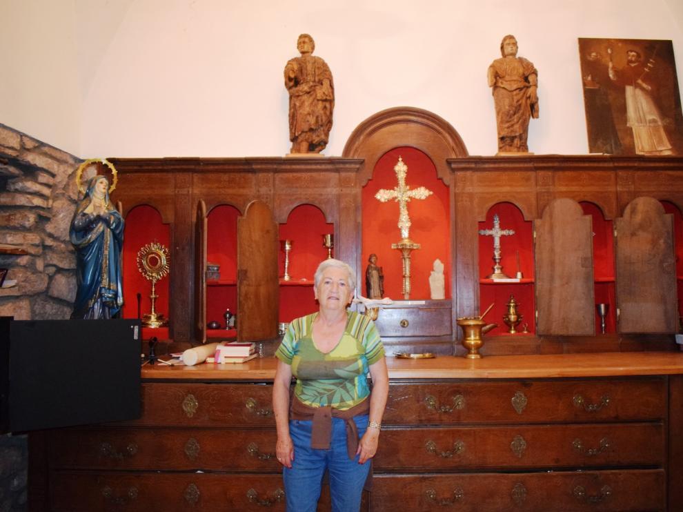 Conchita, encargada de mostrar el museo parroquial que gestó mosén Domingo Subías.