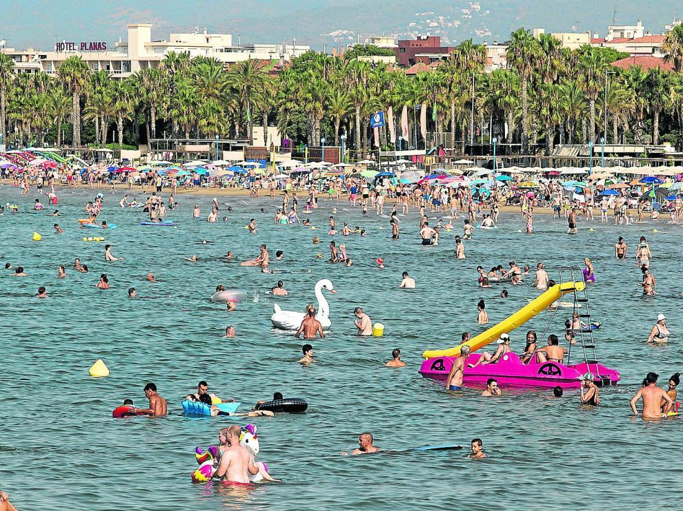 La playa de Levante, en Salou, una de las preferedias por los turistas, presentaba este aspecto en la jornada de ayer.