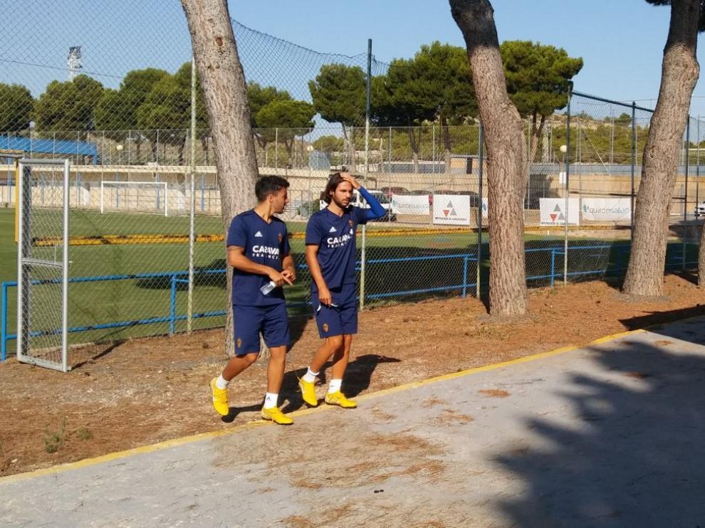 Buff, a la derecha, camina junto a Aguirre hacia la sala de vídeo en el último entrenamiento matinal del Real Zaragoza en la Ciudad Deportiva.