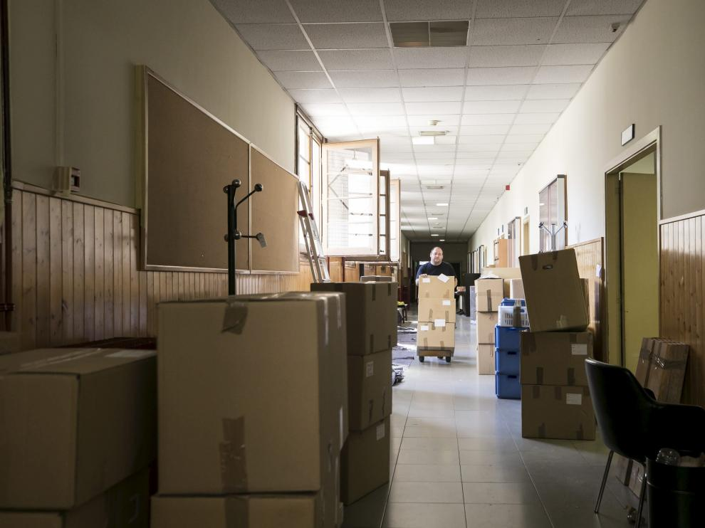 Un operario traslada cajas por el pasillo del edificio Cervantes, donde se reubicarán despachos de profesores