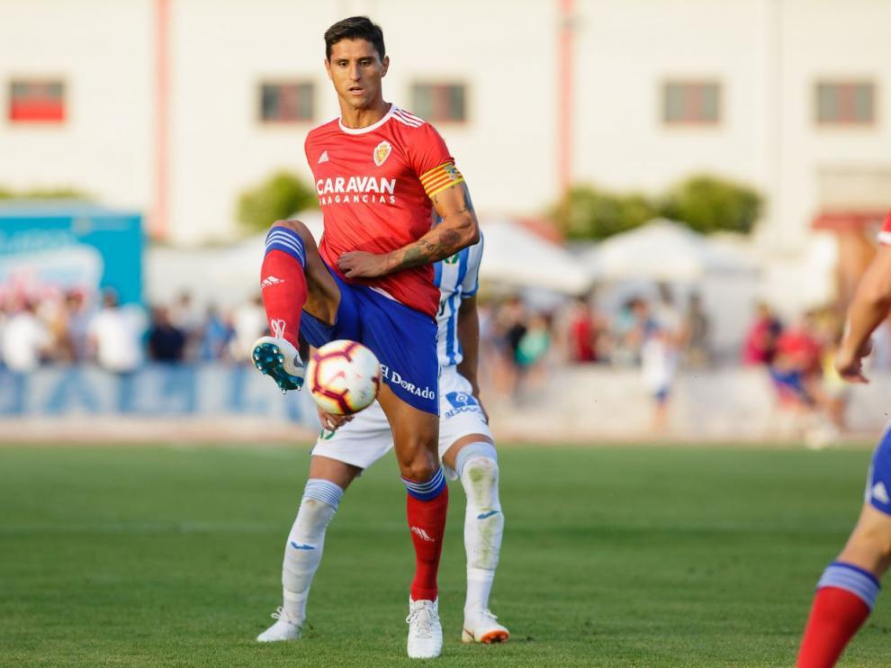 Grippo, en una acción defensiva en la primera parte del partido del Real Zaragoza ante el Leganés este sábado en Calatayud.