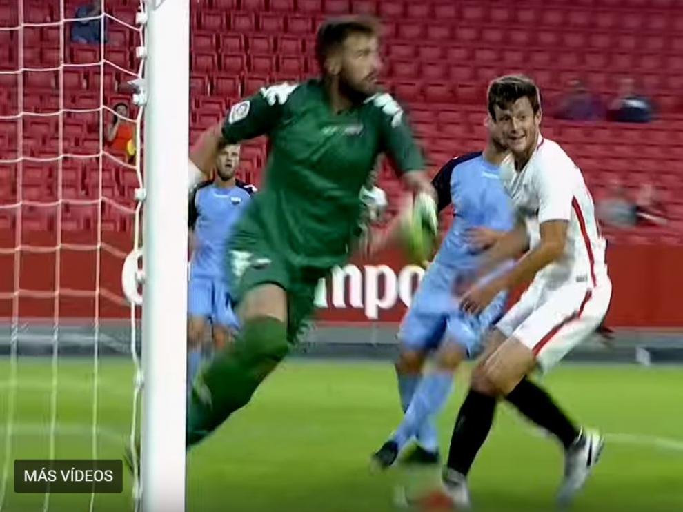 Marc Gual, en una captura del vídeo del partido Sevilla-Extremadura de la noche de este sábado, 4 de agosto, en el Pizjuán, tras fallar un gol de cabeza en el minuto 14.