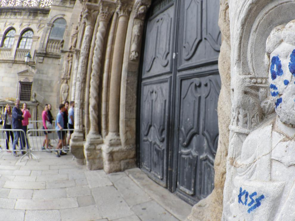 Se busca al grafitero de la escultura de la Catedral de Santiago