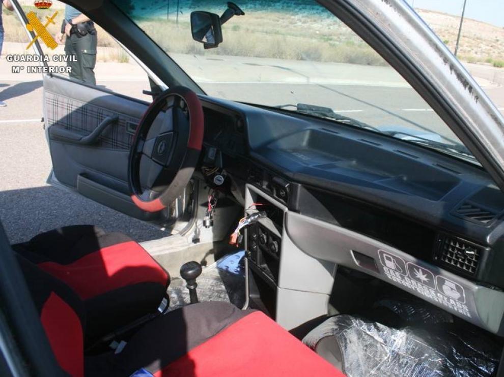 Uno de los coches que intentaron robar los detenidos.