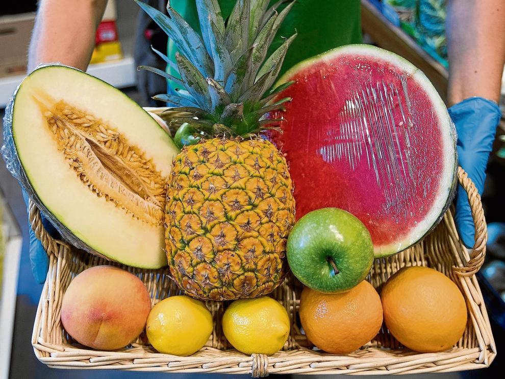 Cesta con una completa variedad de frutas para disfrutar en verano. Destaca en estas fechas el melón , la sandía, el melocotón y la nectarina. Toni Galán