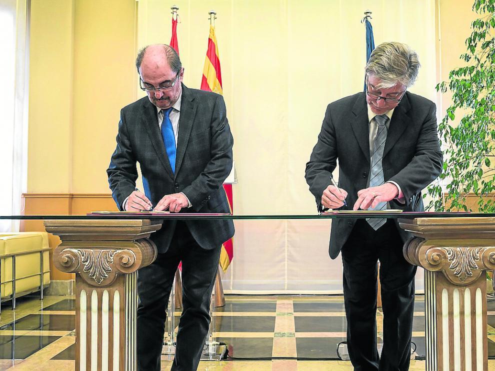 Javier Lambán y Pedro Santisteve, en marzo de 2017, en la firma del acuerdo de la ley de capitalidad.