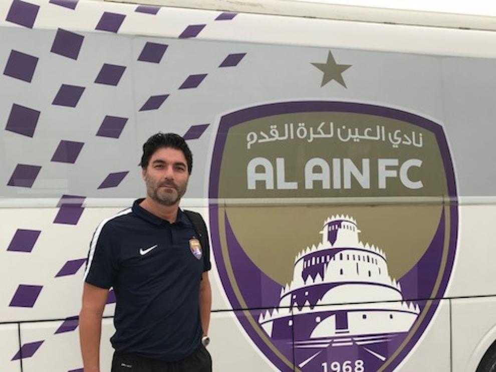 Luis Aragón posa con el escudo de su nuevo club en Emiratos