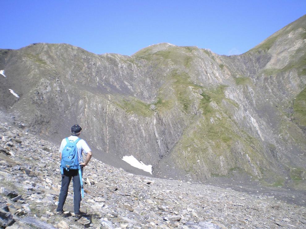 Quienes salen a la montaña sin compañía deben reforzar las precauciones.