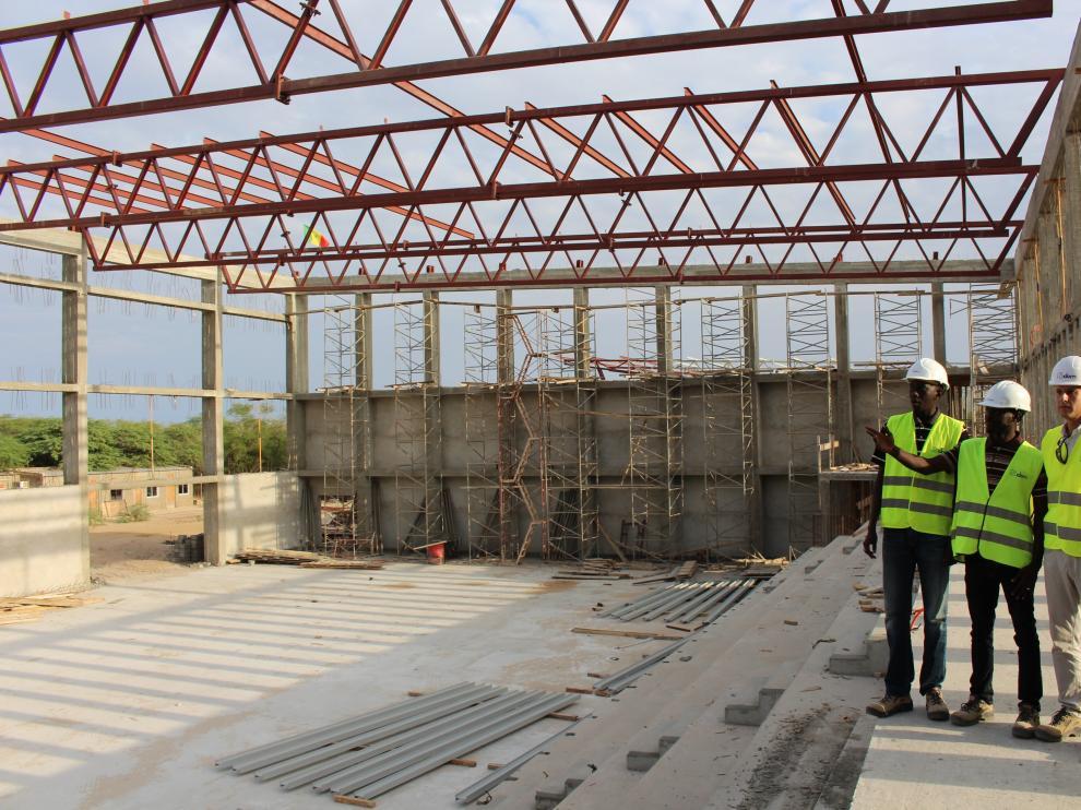 Federico Pardos, arquitecto de Idom Zaragoza, con Dijbril Kane y Fally Diop, en Senegal