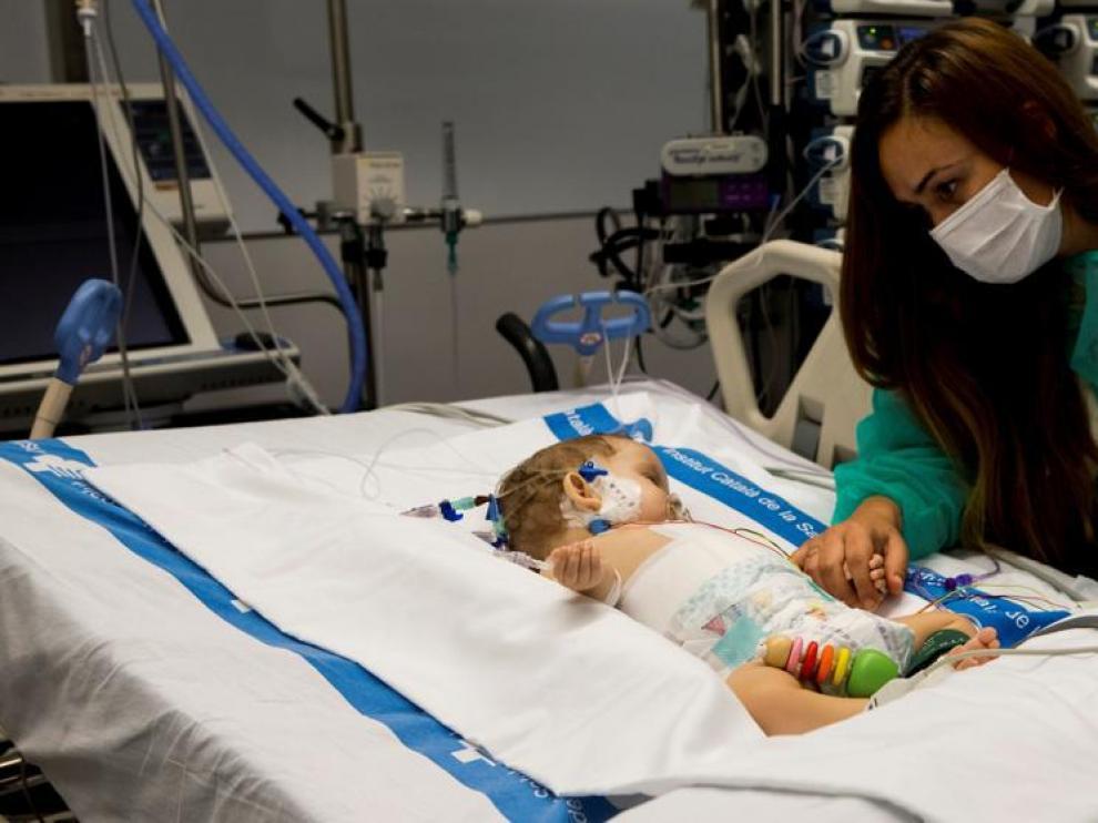 Vanesa cuida a su hija Roma, de ocho meses de edad, una de los dos trasplantadas hepáticas realizados por el procedimiento 'quirúrgico split'.