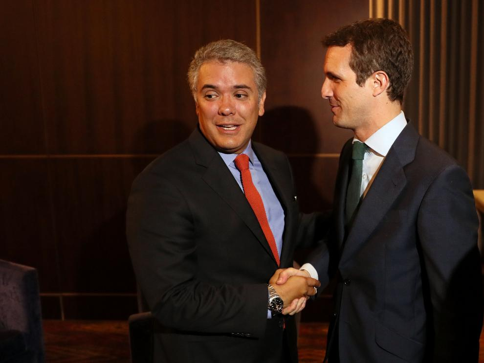 El presidente electo de Colombia, Iván Duque, saluda al presidente del Partido Popular español, Pablo Casado, durante una reunión este lunes en Bogotá.