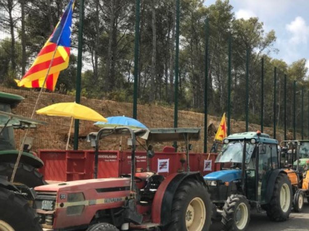 Unos 200 tractores se han concentrado frente a la cárcel donde está internada Forcadell