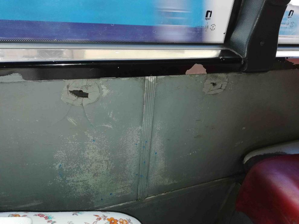 Agujeros en el interior del vehículo, un autobús de la línea 42.