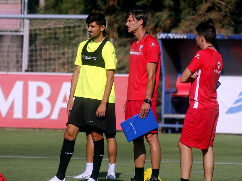 El centrocampista Juan Aguilera junto al técnico Leo Franco durante un entrenamiento de esta pretemporada.