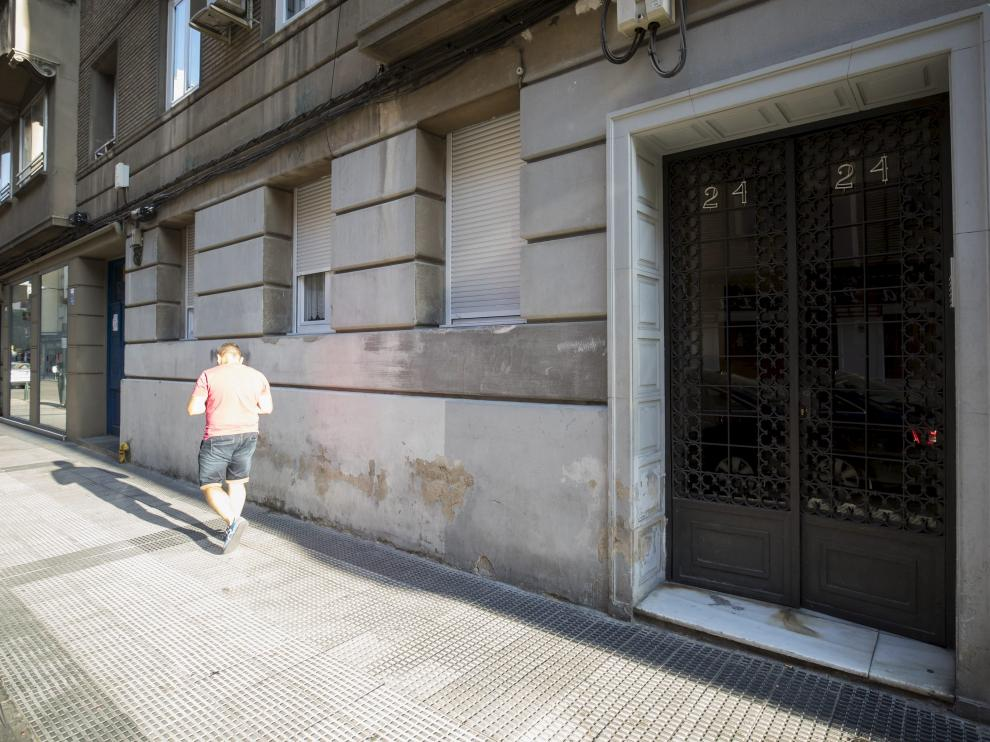 Piso de la calle La Paz de Zaragoza donde fue hallado el cadáver de un hombre que llevaba varios días muerto.